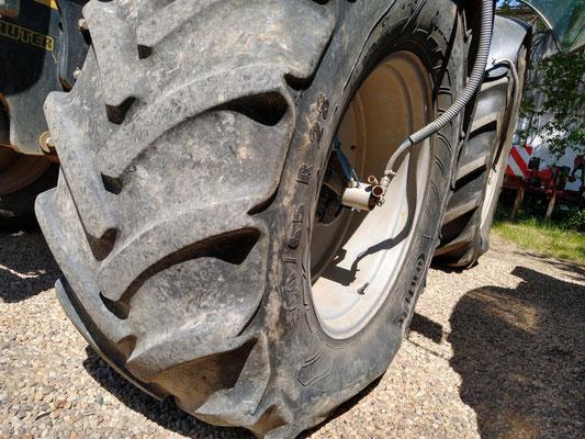 Der Große Traktor ist der Spezialist für's Grobe, dabei aber dank breiter Bereifung und Reifendruckregelanlage sanft zum Boden.