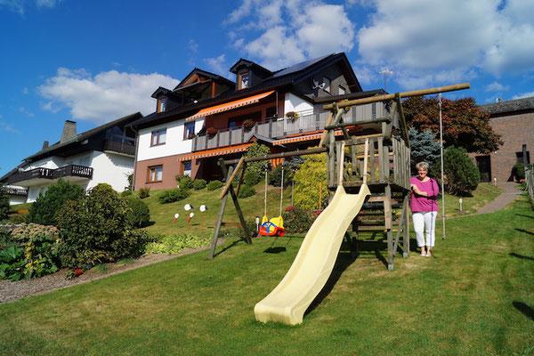 Die Gartenseite mit Rutsche und Gastgeberin Karina Weller