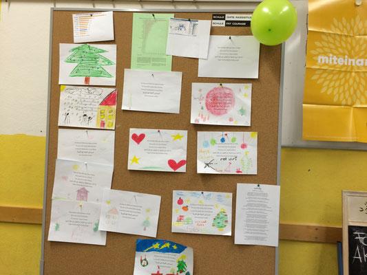Kinder malen Bäume, Häuser und viele Herzen auf Gedichte zu Themen wie Flüchtlingskrisen und Minderheiten. Das ganze wird begleitet von Fakten und Statistiken, aufgearbeitet durch die AG.