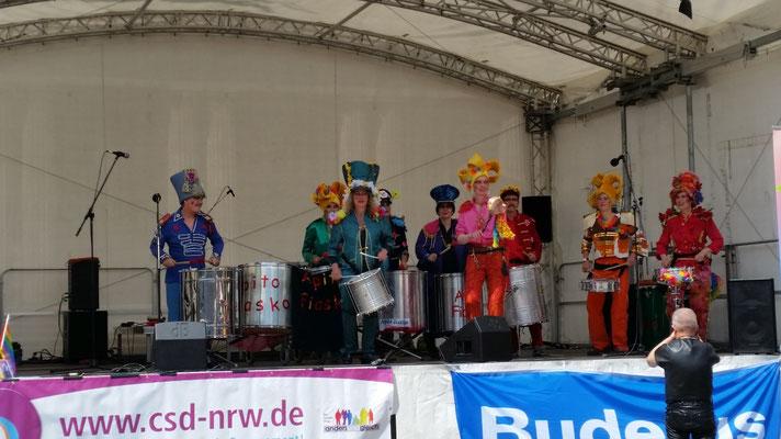 'Apito Fiasko' die Trommelband mit coolen Kostümen und demenstprechender Musik.