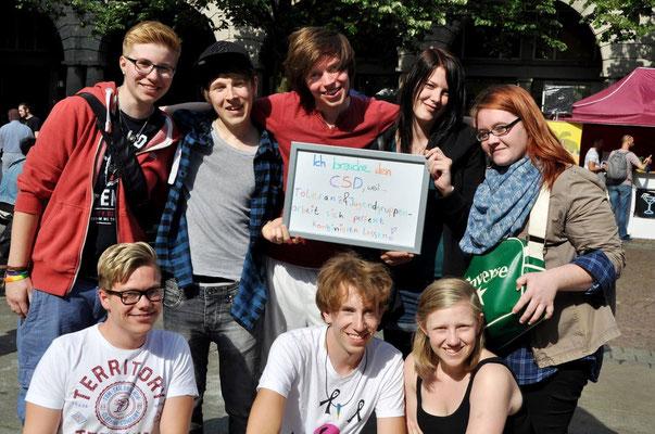 Zusammen mit der Jugendgruppe Queerdenker Solingen und der ebenfalls in Wuppertal ansäßigen Jugendgruppe Bunten Ort haben wir ein Zeichen gesetzt und an der Foto Aktion von art&writing 'bunt statt grau' teilgenommen und uns fotografieren lassen.