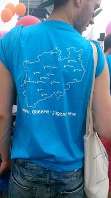 Endlich angekommen. Nach der Begrüßung und einer kleinen Stärkung haben wir die T-Shirts erhalten, welche einheitlich in Blau und auf der Rückseite die NRW Karte mit GPS markern der Ort der Ehrenamtlich geführten Jugendgruppen markiert war.