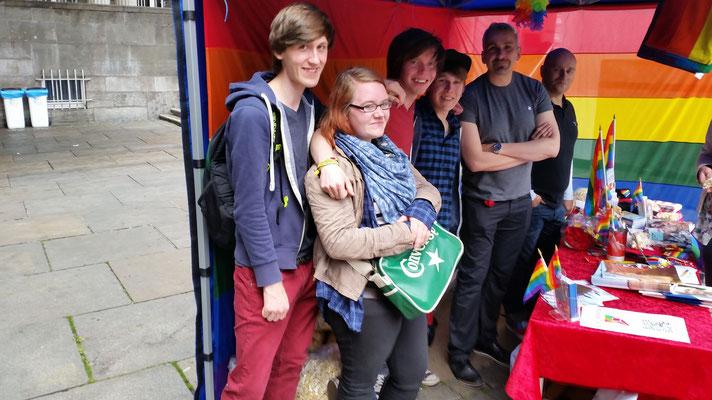 Das sind wir stolz neben der AIDS-Hilfe Wuppertal welche uns freundlich empfangen und uns Platz gegeben hat unsere Info-Materialien auszulegen. Die Stimmung war wie auf dem Bild, Super Toll!^^
