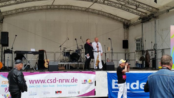 Die Wupperpride Vorstände (Organisatoren) Anne Simon & Olaf Wozniak haben auch ihre Rede gehalten.