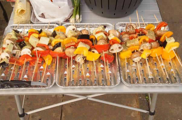 Die Spieße waren sowas von lecker, das Essen war hervorragend und gut geplant es war Fleisch aber auch vegetarisch. Nächstes Jahr sogar Vegan^^