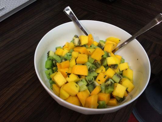 In einer Schüssel haben wir den Mango Kiwi Mix mit einem Schuss Zitrone aufbewahrt und hinterher zum Reis hinzugefügt.