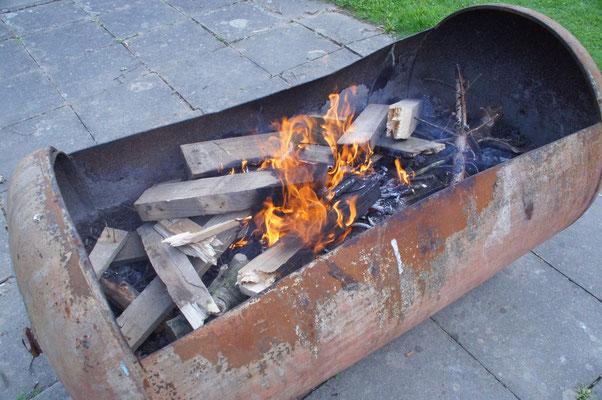 Unsere Feuerstelle war ein ausgeflexter Öltank, eigentlich eine ziemlich gute Idee, er war groß genug und wir haben die 3 Tage die wir da waren nicht einmal gefrohren^^. Das Feuer war nie aus wir wurden mit Paletten immer beliefert :)