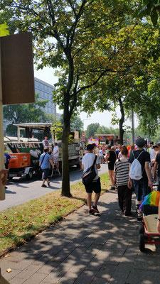 Hier sind wir auf dem Weg zum Startplatz der Queeren Jugend NRW, welche sich den Platz Nr.10 zusammen mit SchLAu NRW & MIA der Aidshilfe in Wiesbaden geteilt haben. Wir sind also relativ am Anfang gestartet.