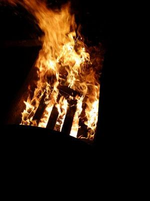 Bei Nacht kam das Feuer erst richtig zur Geltung. Dadurch entstanden teils richtig gute Aufnahmen. Platz für ein paar Geschichten, Werwolf vom Düsterwald war natürlich auch Zeit.