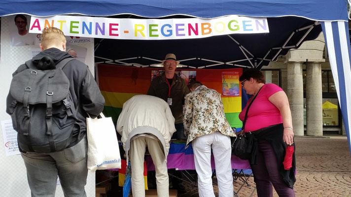 Der Stand der 'Antenne-Regenbogen' welche uns vor kurzem besucht hat war auch sehr gut besucht^^. Auch mit Thomas Niehus (Kassenwart des Wupperpride) als auch mit Günny Wiederstein konnte man sich gut austauschen.