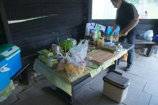 Unserer Vorbereitungsplatz hier wurde geschnippelt und genascht.