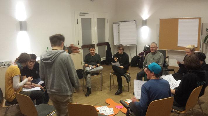 Eine entspannte Atmosphäre, nachdem anfänglichen aufeinandertreffen und vielen Diskussionen, baute sich bis zuletzt eine innere Verbundenheit innerhalb der Gruppe auf, sodass jede*r freisprechen konnte.