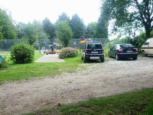Für die Autos war auch genug Platz. Riesen Gelände mit Großer Wiese für die Zelte, einem kleinen offenen Grillhäuschen einem Fußballplatz und einem Basketballplatz.