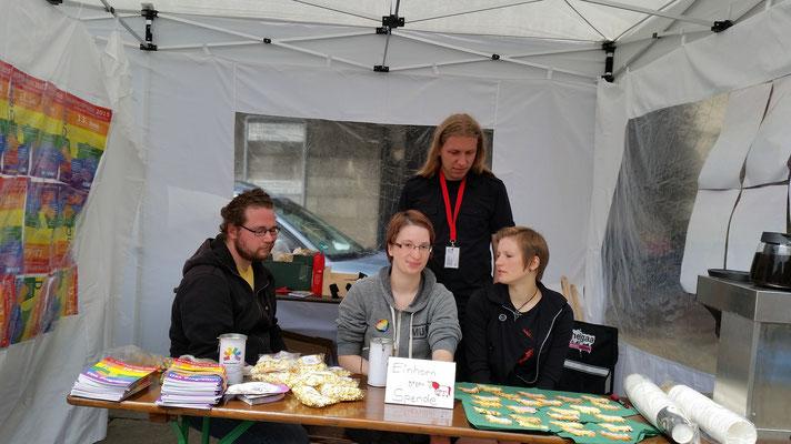 Das ist der Informationsstand von dem Queer Referat, eine Gruppe für alle studierenden auf der 'Bergischen Universtität Wuppertal' , welche auch die Queere Teeparty im Hutmacher  für Leute bis 35Jahre etabliert haben. Wirklich nette Leute :)