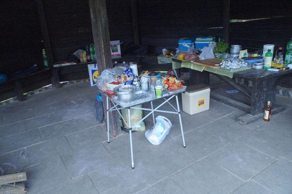 Provisorische Küche^^ klein aber fein wir haben uns gemütlich eingerichtet zum Glück überdacht.
