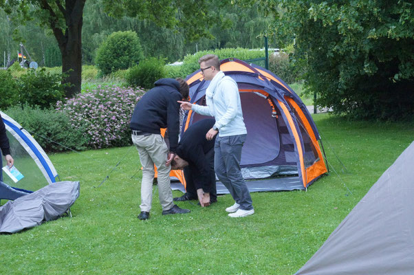 Als dann alle Zelte aufrecht standen, war die Neugier wie es innen aussieht groß. Sodass man sich gegenseitig einen Besuch abgestattet hat.