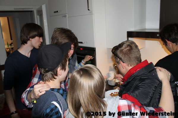 Gekocht und Geschlemmt haben wir natürlich auch alle gemeinsam. Die Küche war regelrecht überfüllt was keinem was ausgemacht hat :)