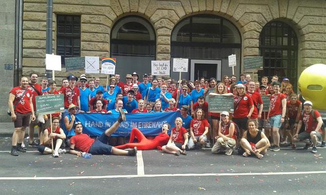 Alle ehrenamtlich geführten Jugendgruppen zusammen geeint durch queere-jugend.nrw zusammen mit SchLAu NRW.