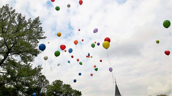 Viele 'Toleranz Ballons' füllen den Himmel aus, ein schöner Anblick.