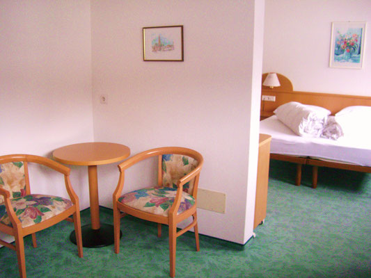 abgetrennter Wohnraum mit Sofa und Sitzecke