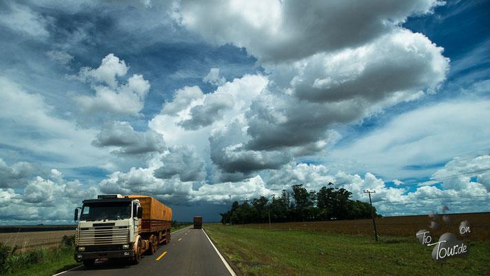 on the road - immer wieder neue und faszinierende Wolkenformationen