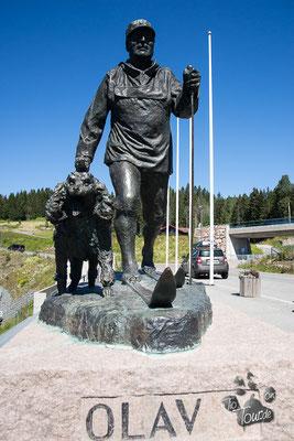 König Olav V. ist oft mit seinem Hund unerkannt Ski gelaufen