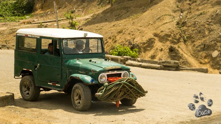 Die Jeeps ziehen die Fischerboote an Land