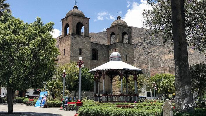 Caraz - Plaza mit Kirche