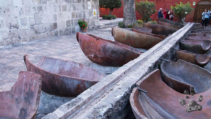 Arequipa - Kloster Santa Catalina - Waschbottiche - in die Abwasser-Löcher wurden Karotten gesteckt