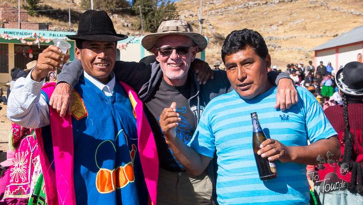 Nationalfeiertag in Peru - in Ballella ist alles auf den Beinen - Bier oder Schnaps ???