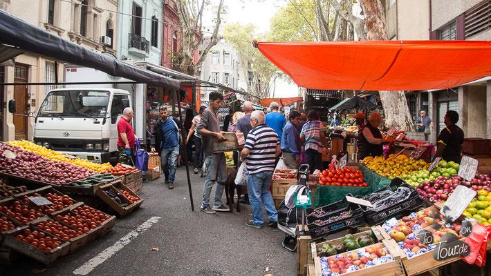 Stadtrundgang - liebevoll hergerichtete Obst- und Gemüsestände
