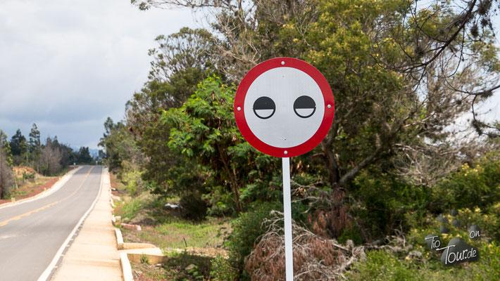 Augen auf?? Nein, Zeichen für den Schwerlastverkehr - vorsichtig und mit Licht fahren...