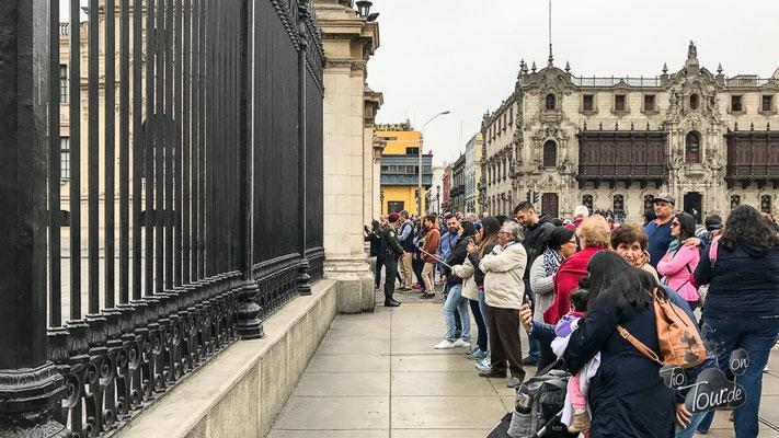 Cambio de Guardia - Wachwechsel am Präsidentenpalast - Lima, die Schaulustigen vor dem Zaun