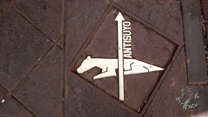 Cusco - Stadtrundgang - Wegweiser und Geoglyph für den Inka-Trail