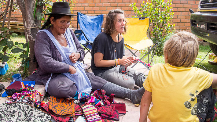 Josefina bringt Zoe das Weben bei...