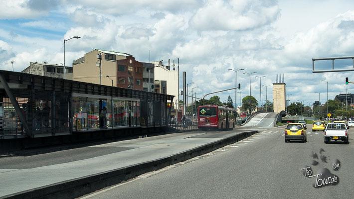 Bogotá - in Ermangelung einer U-Bahn gibt es eigene Spuren für die Busse