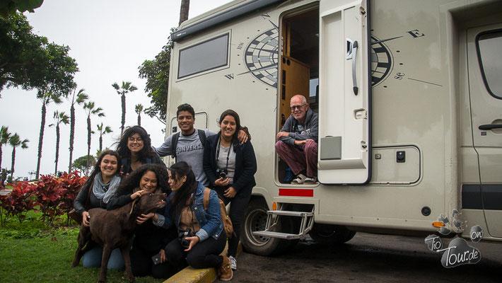 Studentengruppe auf Fotosafari - da kam TIO gerade recht
