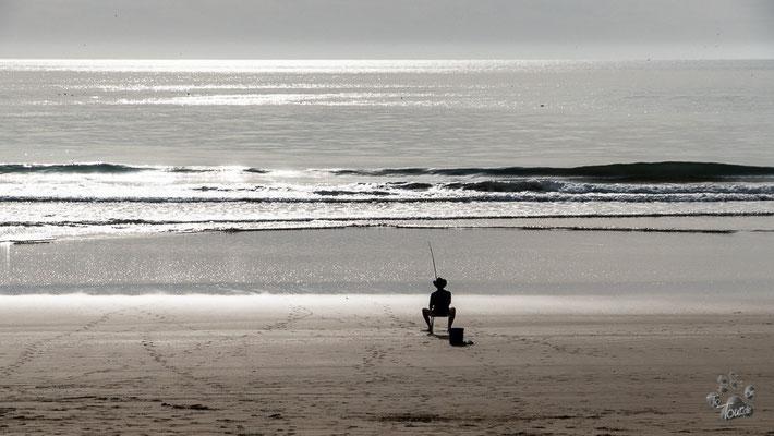 Einsamer Angler am Strand von Aghroud