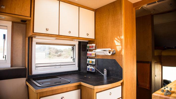 Küchenzeile, Doppelspülbecken und 2 Kochplatten