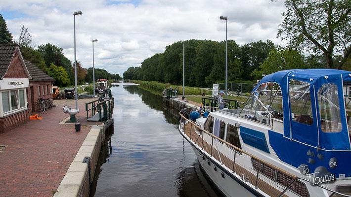 Emden - Ausfahrt aus der Kesselschleuse