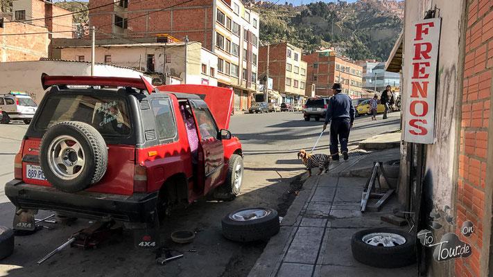 Wer keine Werkstatt hat, repariert die Autos auch auf der Straße