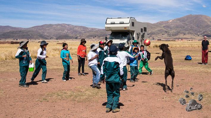 Fussballspiel mit einer ganzen Schulklasse in Tiahuanacu