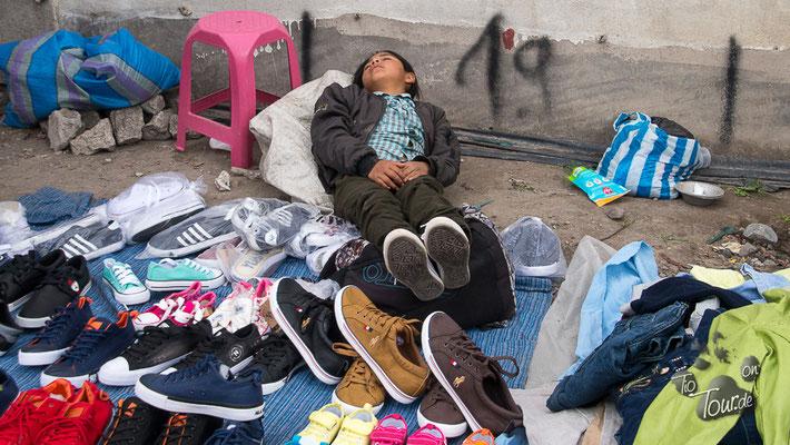 Viehmarkt in Otavalo - ermattet sank er in die Schuhe...