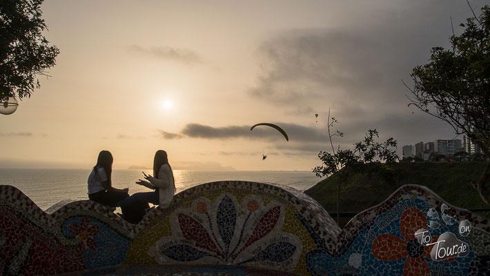 Lima - Parque del Amor, die Paraglider starten direkt nebenan