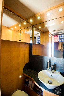 Waschbecken und Toilette mit Spiegelschrank