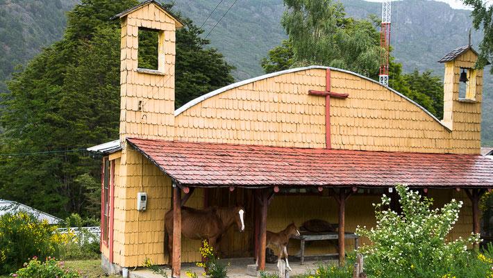 Es regnet - Schutz unter dem Kapellendach für Mutter und Kind