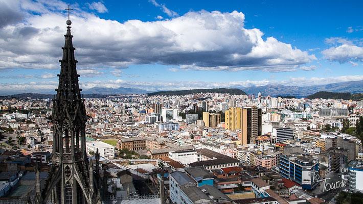 Aussicht auf Quito von der Basilica del Sagrada Voto Nacion