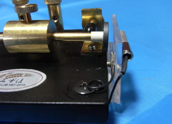 リードスイッチの片側をパイプに接触させてアースを取っている。
