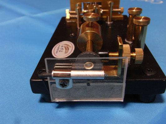 リードスイッチの位置を左右にほんの少し移動すると、短点動作が調整できる。