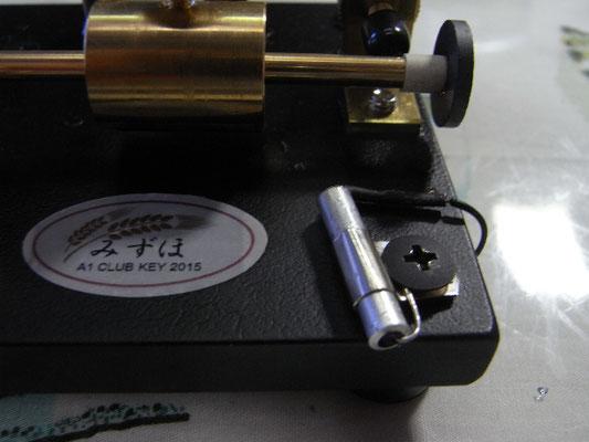 ホームセンターでアルミパイプを手に入れる、回転させて微調整が可能。